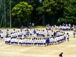 円陣を組む生徒