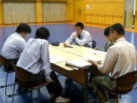 多目的ルームでゼミ発表するグループ