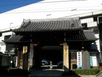 京浜急行の高架橋と山門