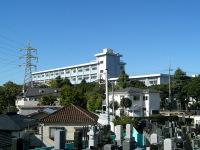 日蓮像の背後の横浜清陵総合高校を望む