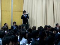 記録撮影する生徒