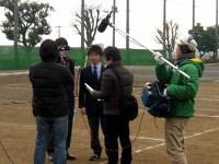 テニスコートでインタビュー