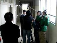 廊下でインタビュー