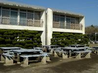 しおさい棟と野外テーブル