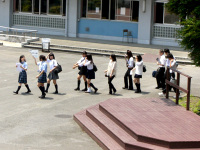 在校生が訪問者を引率する