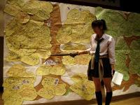 展示物で説明する生徒