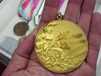 金メダルを手にして