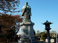 横浜港を見下ろす日蓮聖人像