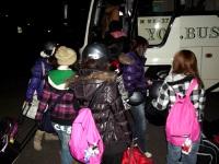 バスに乗り込む生徒