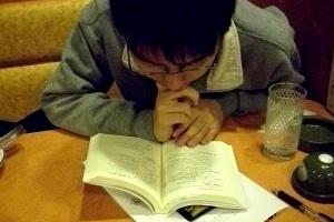読みふける息子