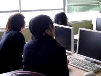 スクリーンを使っての講義を聴く生徒