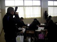 インタビュー実習報告会と取材するカメラマン