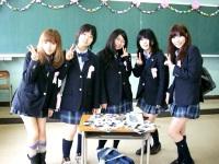 高校生に扮する卒業生たち