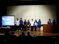 発表する4校の生徒