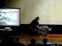 車椅子で段差を昇降する