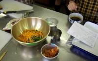 刻んだ野菜とキムチとタレ
