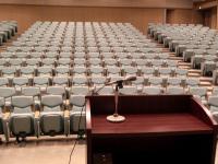 舞台から客席を見る