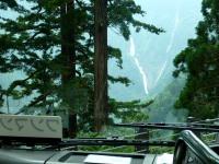 バスの車窓からの称名滝