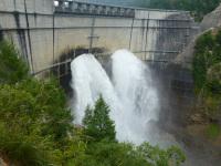 黒4ダムの観光放水