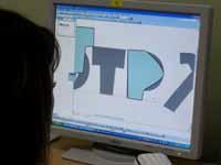 字体をトレースする生徒