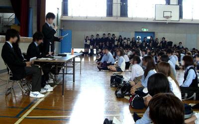生徒総会でポロシャツ問題を語る生徒会長
