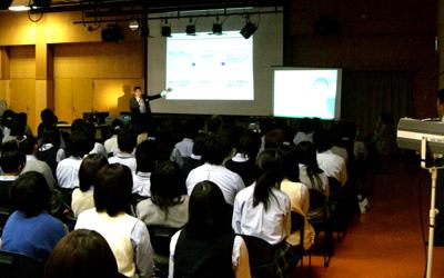 ケータイ安全教室の講義の様子