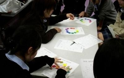 カラーチップを色相環に並べる練習