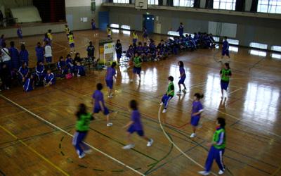 体育館での女子バスケットボール
