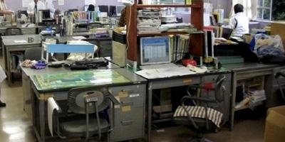 机を移動したばかりの職員室