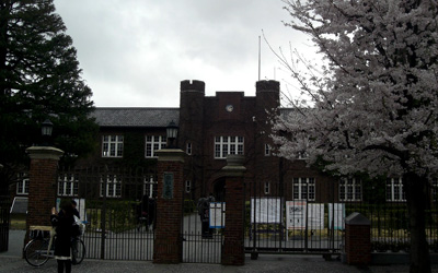 立教大学本館を望む